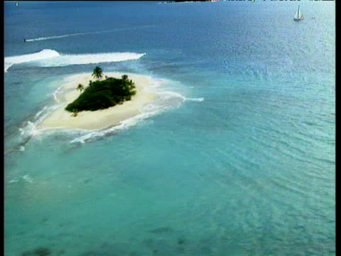 vidéos et rushes de track over tropical islands surrounded by white surf and turquoise waters british virgin islands. - angle de prise de vue