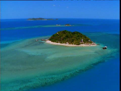 vidéos et rushes de track over tropical sea and small island, torres strait, australia - angle de prise de vue