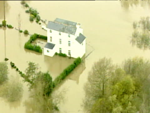 vídeos de stock e filmes b-roll de track over white three story house surrounded by floodwater nov 00 - rodear