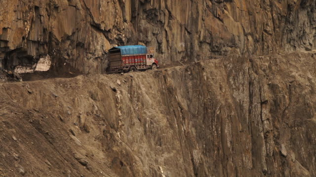 a track passing a ladakh dangerous mountain pass - heavy goods vehicle stock videos & royalty-free footage