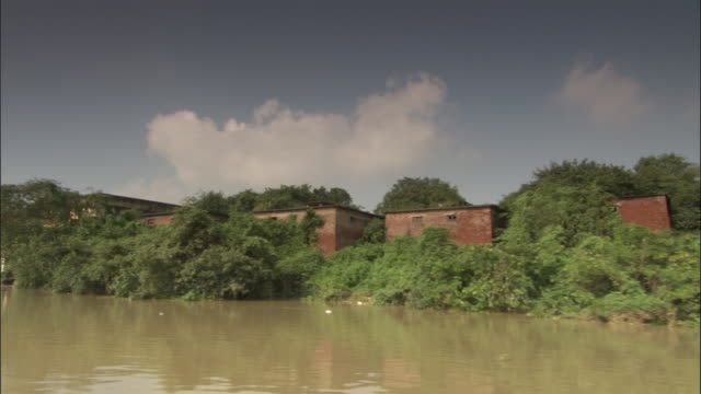 track past derelict buildings on bank of hooghly river, kolkata available in hd. - hooghly river stock videos & royalty-free footage
