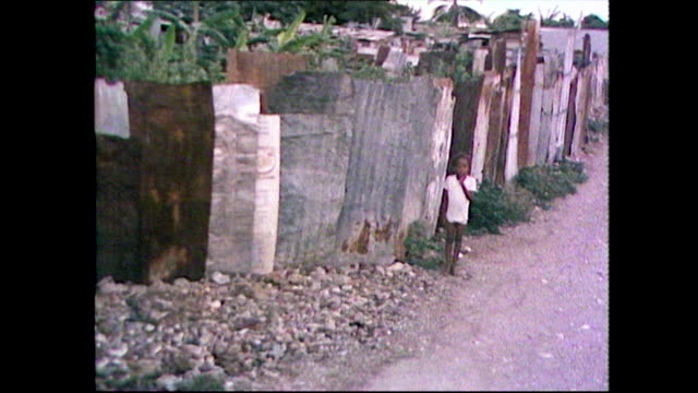 track past slum houses in trench town, jamaica; 1981 - ボブ・マーリー点の映像素材/bロール