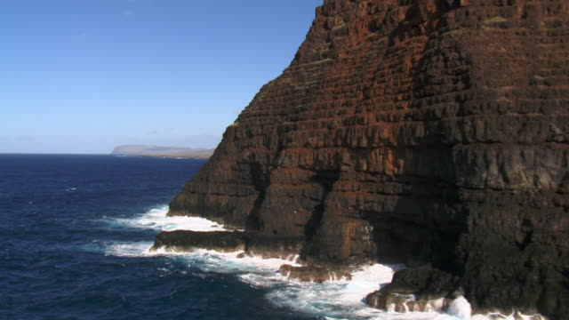 track past tall cliffs and sea, easter island - insel stock-videos und b-roll-filmmaterial