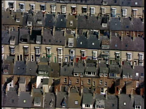 vídeos y material grabado en eventos de stock de track right along rows of terraced houses whitby england - whitby inglaterra
