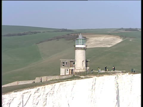 track right around belle tout lighthouse on seven sisters chalk cliffs sussex - kreidefelsen stock-videos und b-roll-filmmaterial