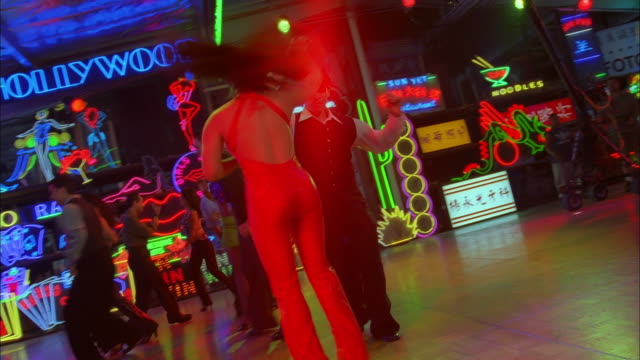 track right around couples salsa dancing in neon lit nightclub, los angeles available in hd. - サルサダンス点の映像素材/bロール