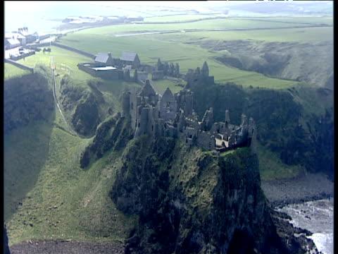 vídeos y material grabado en eventos de stock de track right around dunluce castle ruins northern ireland - irlanda del norte