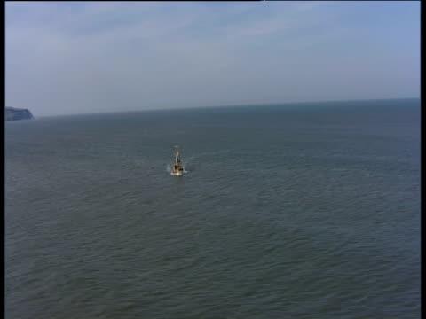 vídeos y material grabado en eventos de stock de track right around replica of hms endeavour at sea off coast of whitby england - whitby inglaterra