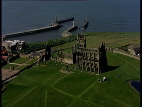 vídeos y material grabado en eventos de stock de track right around ruins of whitby abbey yorkshire - whitby inglaterra
