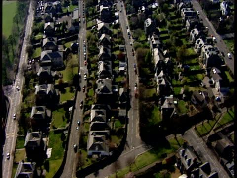 track right over houses dundee - スコットランド ダンディー点の映像素材/bロール