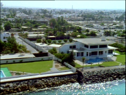 track right over large expensive houses along shore of turquoise river dubai - bbc archive stock-videos und b-roll-filmmaterial