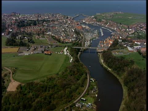 vídeos y material grabado en eventos de stock de track right over river esk and rows of houses whitby yorkshire - whitby inglaterra