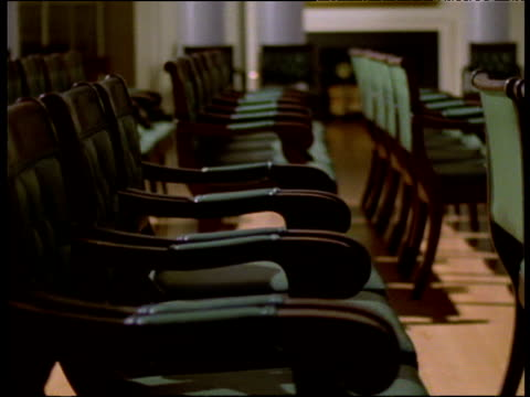 vidéos et rushes de track right past empty rows of chairs to lectern - pupitre