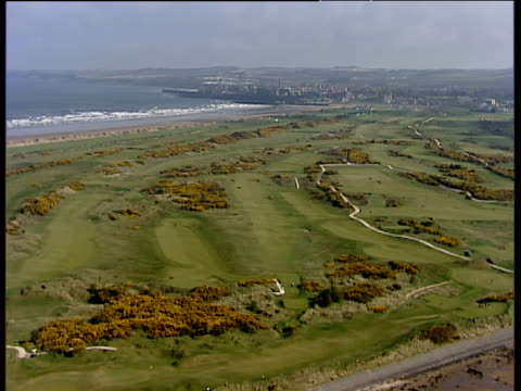 track right past golf course at st andrews links - links golf stock videos & royalty-free footage