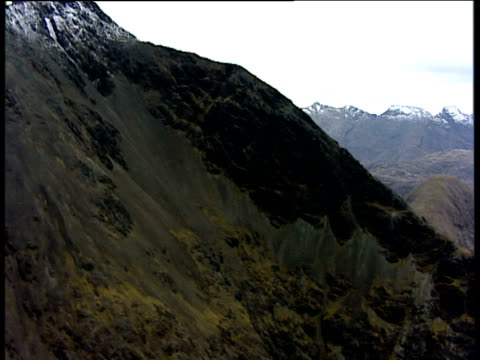 vídeos de stock e filmes b-roll de track right past rolling hills and snowcapped cuillin mountains isle of skye - hébridas