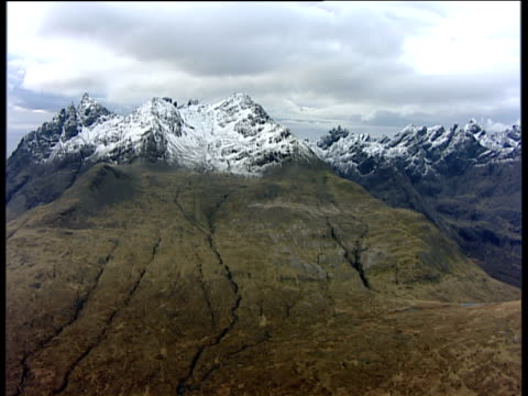 track right past snowcapped cuillin mountains isle of skye - insel skye stock-videos und b-roll-filmmaterial