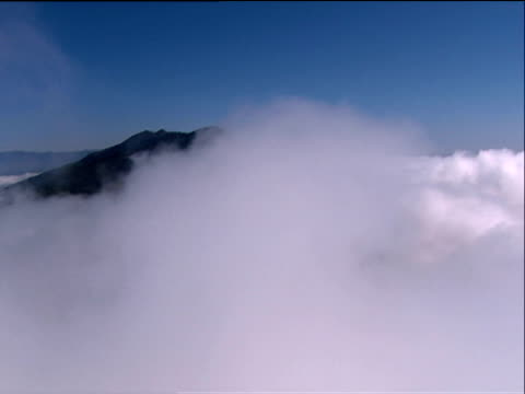 track through clouds to cumbre vieja volcano la palma - isole dell'oceano atlantico video stock e b–roll