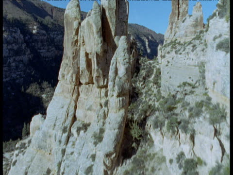 track through rock pinnacles at edge of canyon in desert, moab, utah - moab utah点の映像素材/bロール