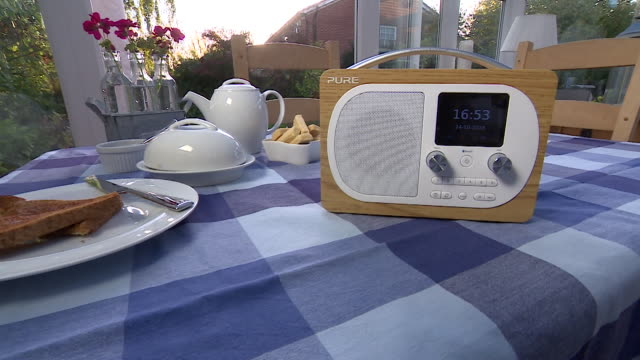 track towards a pure digital radio on a conservatory table. - ラジオ放送点の映像素材/bロール