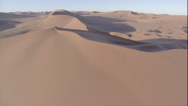 vidéos et rushes de track up over desert dune, sossusvlei, namibia - dolly shot