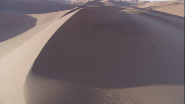 track up over desert dunes, sossusvlei, namibia - namibia stock videos & royalty-free footage
