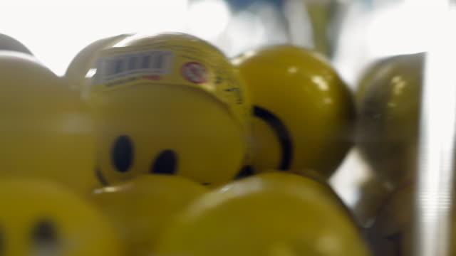 vídeos de stock, filmes e b-roll de tracking across toy shelves 2 - animal de brinquedo