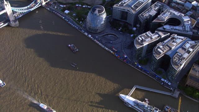 vídeos de stock e filmes b-roll de filmagem aérea de controlo ao longo do rio tamisa e a cidade - edifício do governo local