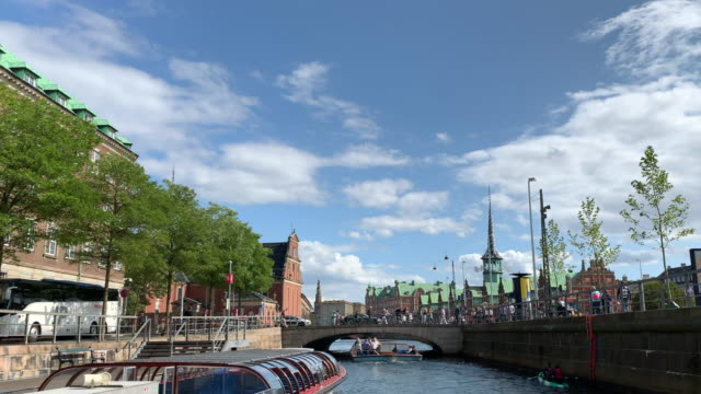 tracking along a canal towards børsen (the exchange), copenhagen - regione dell'oresund video stock e b–roll
