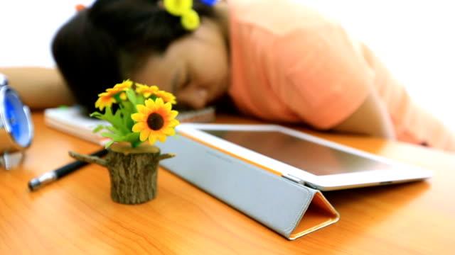 vidéos et rushes de suivi dolly tourné: collège étudiant dormir tout en utilisant une tablette - téléphone sans fil