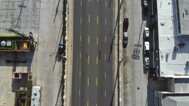 vídeos de stock e filmes b-roll de tracking drone view of empty los angeles road during coronavirus pandemic. - parado