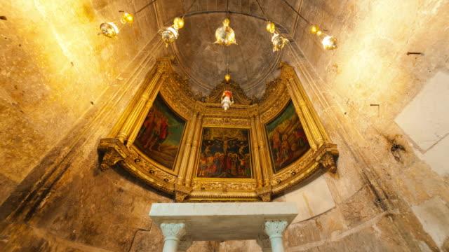 tracking footage approaching the greek orthodox chapel of st. longinus - gerusalemme video stock e b–roll