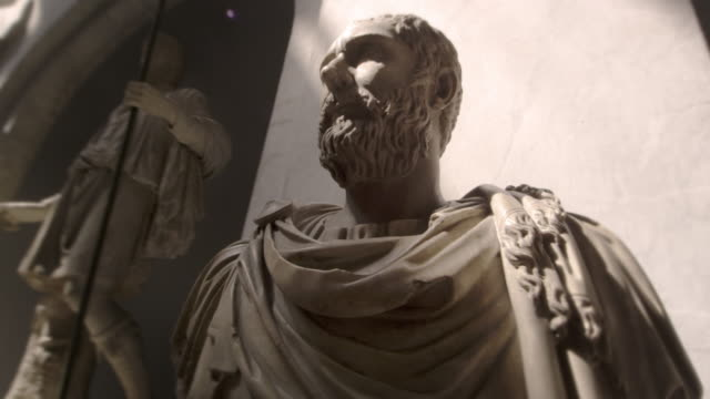vídeos de stock e filmes b-roll de tracking footage of bust of bearded man wearing ancient roman clothing - estátua