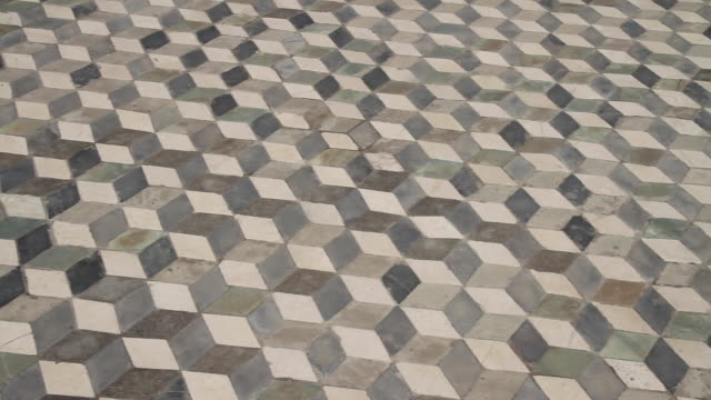 stockvideo's en b-roll-footage met tracking geometric patterned mosaic floor tiles creating optical illusion in the house of publius sulla, the most beautiful in antiquity, pompeii, napoli - betegelde vloer
