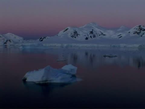 wa tracking left past ice floes and mountainous coastline at dusk, paradise bay area, antarctic peninsula - antarctic peninsula stock videos & royalty-free footage