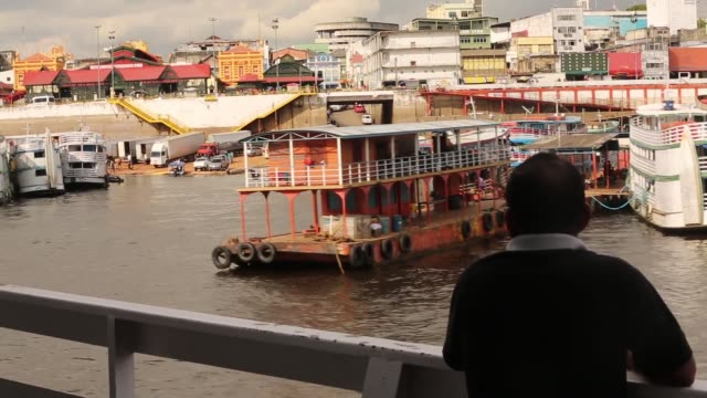 vídeos y material grabado en eventos de stock de tracking mid shot view from riverboat a transport riverboat travels in the brazilian amazon from maues to manaus on november 27 2013 in amazonas... - amazonas state brazil