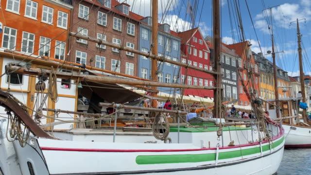 tracking nyhavn harbour, copenhagen - öresundregion stock-videos und b-roll-filmmaterial