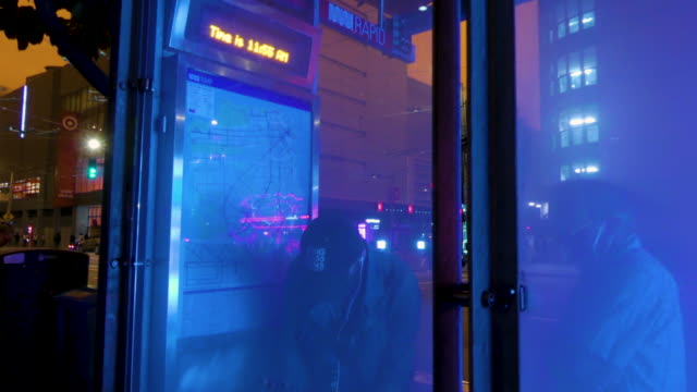 "vídeos y material grabado en eventos de stock de tracking of people with facemasks walking on the sidewalk under the orange sky on september 9, 2020 ; neon sign ""mel's drive-in""; people with... - environmental issues"
