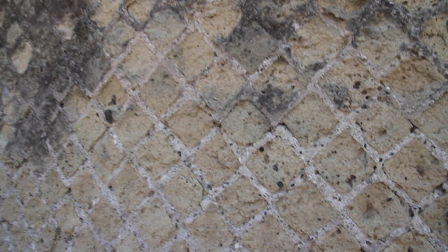 vidéos et rushes de tracking opus reticulatum or 'reticulated work', a form of brickwork used in ancient roman architecture, pompeii, napoli - mur brique