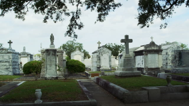 tracking past graves in new orleans cemetery - pompe funebri video stock e b–roll