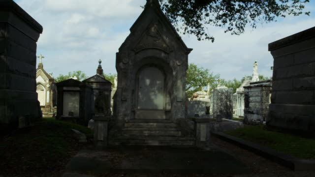 vídeos de stock e filmes b-roll de tracking past graves in new orleans cemetery - cemitério