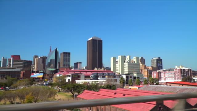 vídeos de stock e filmes b-roll de tracking past johannesburg, south africa - joanesburgo