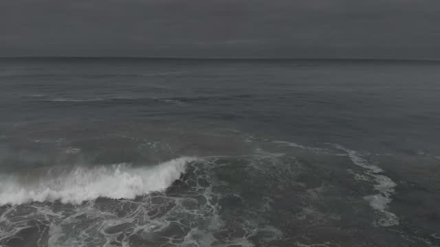 vídeos de stock e filmes b-roll de tracking past waves towards a moody, stormy ocean - superfície de água