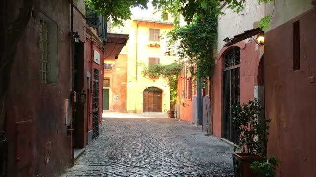 vidéos et rushes de tracking picturesque streets of trastevere, rome - rome