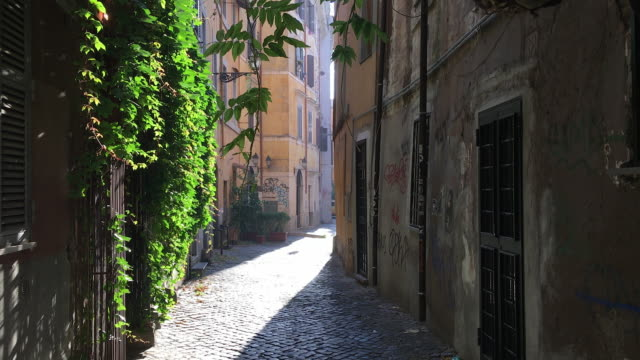stockvideo's en b-roll-footage met tracking quaint narrow street of trastevere, rome - rome italy