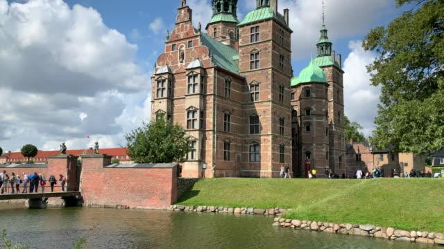 tracking rosenborg castle, copenhagen - öresundregion stock-videos und b-roll-filmmaterial