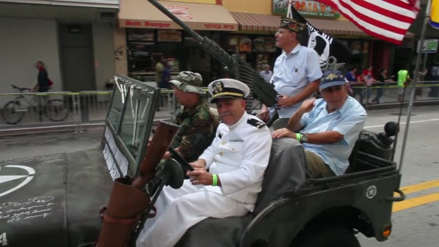 tracking shot a military vehicle with war veterans to honor veterans of the vietnam war the bay of pigs and all wars the city of miami holds the... - miami dade county bildbanksvideor och videomaterial från bakom kulisserna
