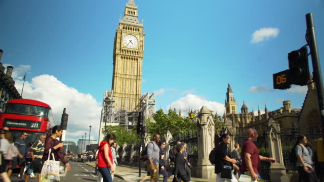 vídeos de stock, filmes e b-roll de tracking shot across big ben and the houses of parliament. - big ben