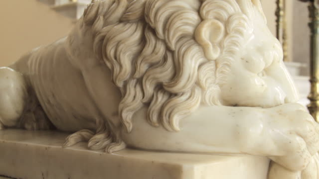 vidéos et rushes de tracking shot along a marble statue of a lion in chapultepec castle, mexico city. - marbre roche