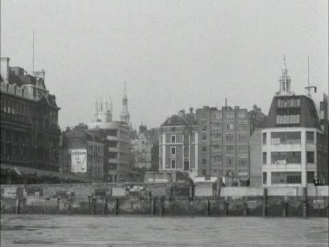 tracking shot along the river thames, facing the north bank. - north stock videos & royalty-free footage