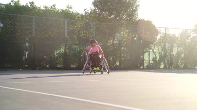 追跡は、女性の十代の適応テニスプレーヤーを撃った - テニス点の映像素材/bロール